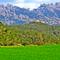 """Masia de """"Can Soteres"""", amb el fons escènic de Montserrat, la zona dels Frares i les Agulles a l'esquerra, la zona dels Ecos i el Montgròs a la dreta"""